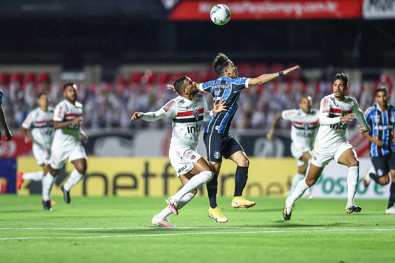 Gremistas questionam a arbitragem do jogo contra o São Paulo. Foto: Lucas Uebel/Grêmio FBPA