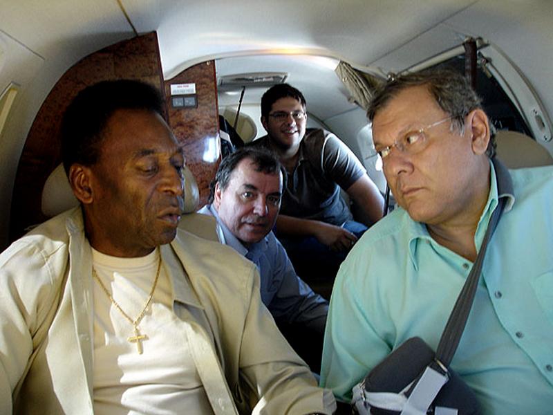 O ídolo e seu fã durante voo a Curitiba. Foto: Portal Terceiro Tempo