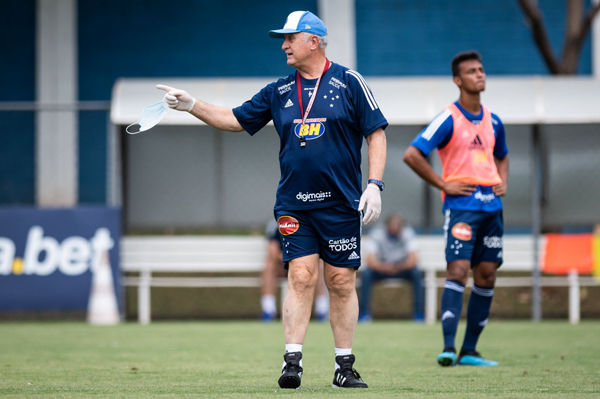Scolari comandando treino celeste na Toca da Raposa 2. Foto: Bruno Haddad/Cruzeiro