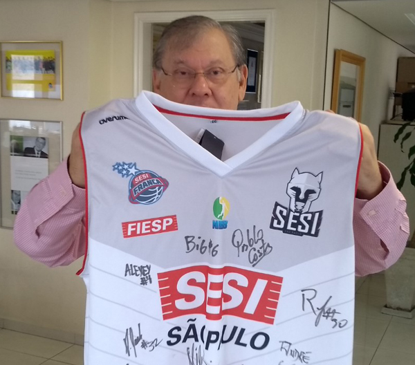 Camisa do time de basquete mais tradicional do país nas mãos de Milton Neves. Foto: Frank Fortes