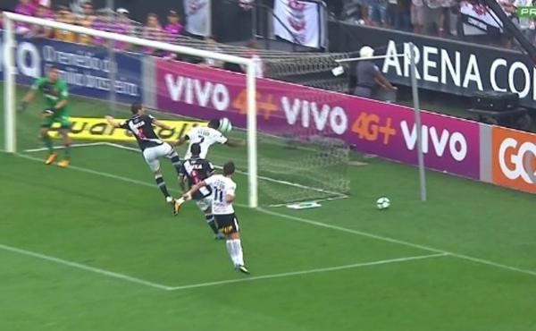 O árbitro adicional estava concentrado em ver se a bola entraria ou não