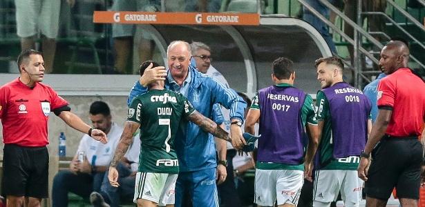 Dudu celebra gol do Palmeiras com Felipão durante partida da Libertadores