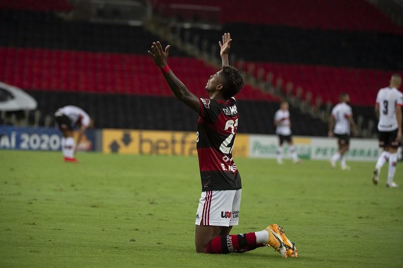Bruno Henrique marcou o gol do Mengão diante do Dragão. Foto: Alexandre Vidal