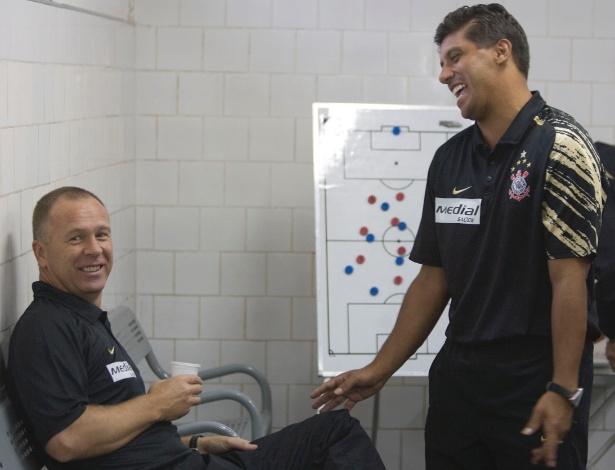 Mano conversa com Sidnei Lobo, seu auxiliar inseparável, ainda no Corinthians de 2008