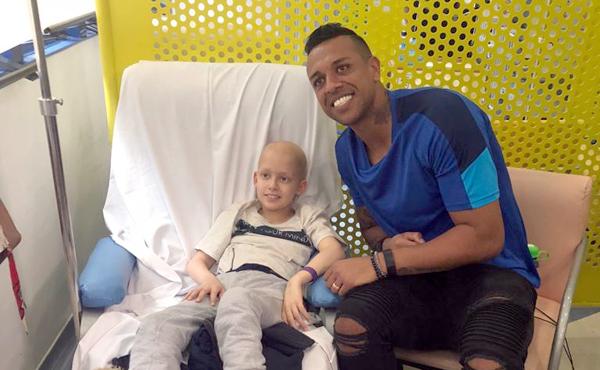 Goleiro do São Paulo visitou o Grupo de Apoio ao Adolescente e à Criança com Câncer e deu atenção aos pacientes