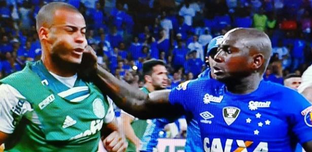 Mayke e Sassá brigaram na Copa do Brasil. Foto: Reprodução TV/FOX Sports