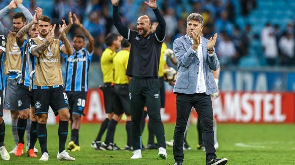 Técnico do Grêmio comemora junto ao banco de reservas. Foto: Lucas Uebel/Grêmio FBPA/Via UOL