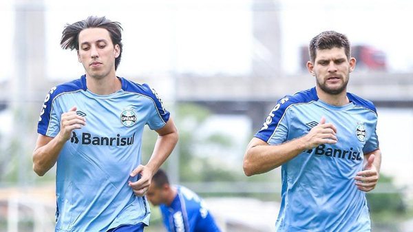 Geromel e Kannemann são titulares absolutos, mas Grêmio sofre com carência de reservas. Foto: Lucas Uebel/Grêmio