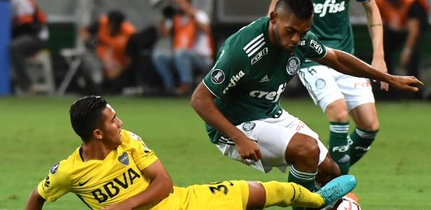 Borja é desarmado por Reynoso durante Palmeiras x Boca Juniors na Copa Libertadores