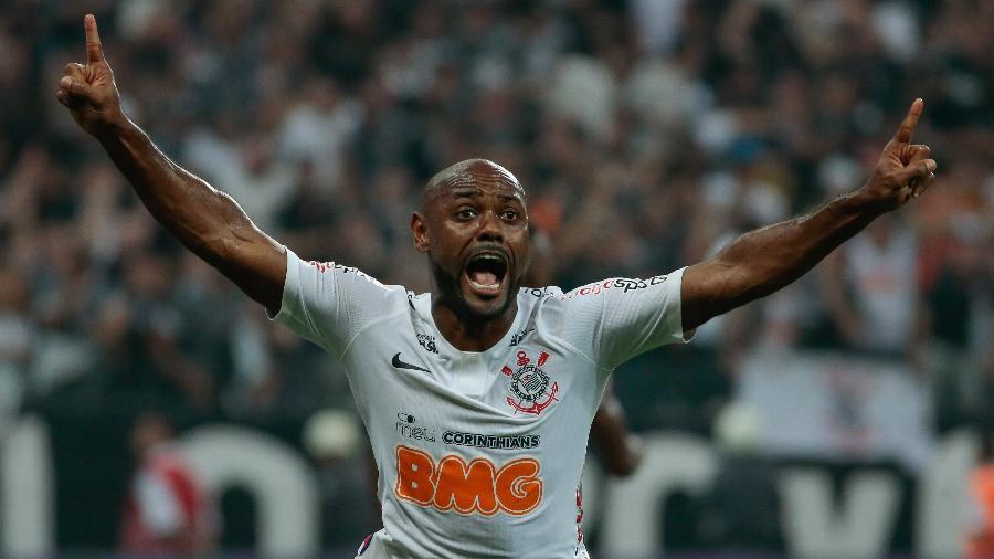 Vagner Love comemora gol que deu o título paulista ao Corinthians. Foto: Marcello Zambrana/AGIF