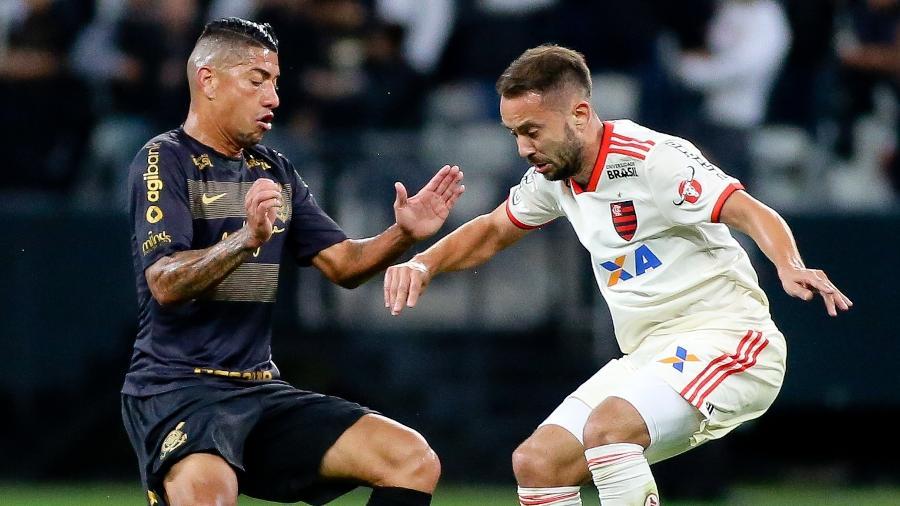 Ralf e Everton Ribeiro disputam a bola durante o duelo entre os times em 2018. Foto: Rodrigo Coca/Ag. Corinthians
