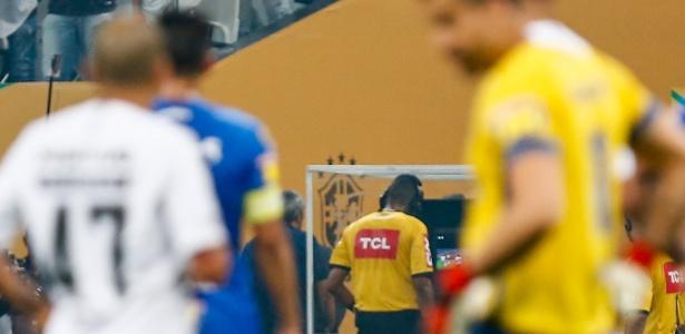 O árbitro Wagner do Nascimento Magalhães consulta o VAR na final da Copa do Brasil. Foto: Marcello Zambrana/AGIF