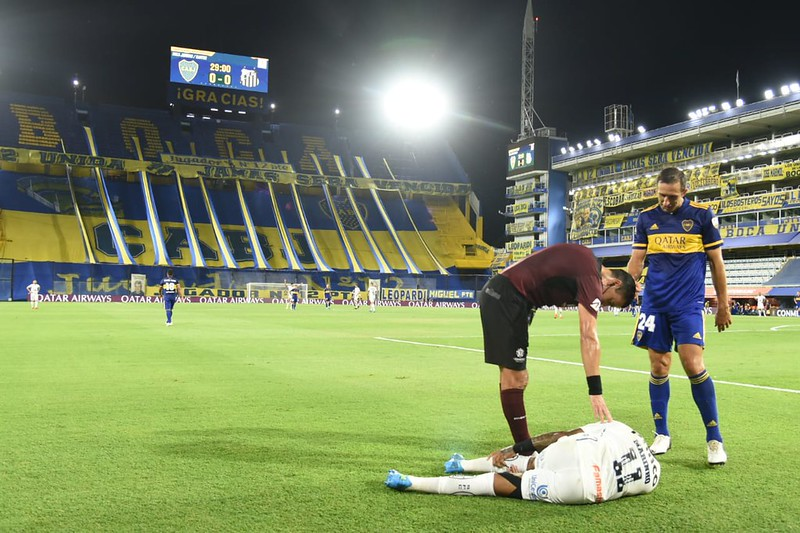 Peixe reclama de pênalti não marcado em Marinho na Bombonera. Foto: Ivan Storti/Santos FC