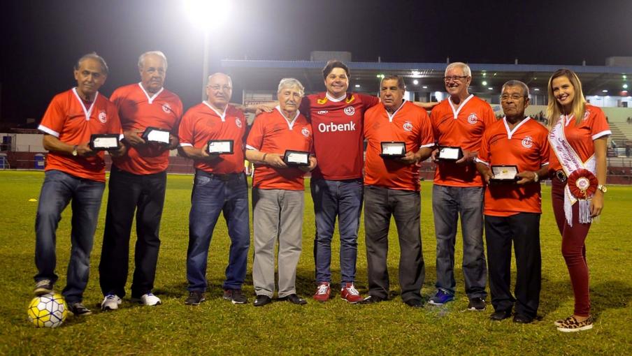 Os ex-atletas foram ovacionados pelos mais de três mil colorados presentes no Estádio Vidal Ramos Júnior
