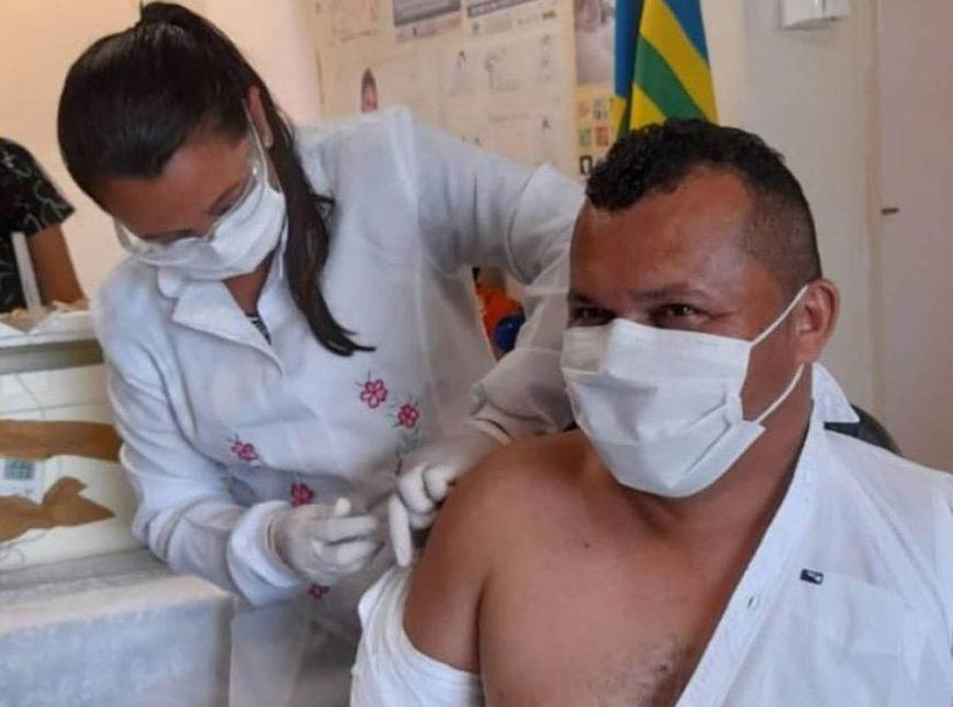 O prefeito de Guaribas (PI), Joércio de Andrade (MDB), é vacinado em posto de saúde da cidade