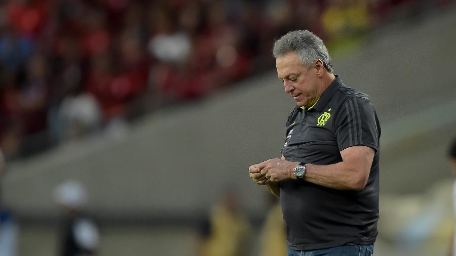 Abel Braga, técnico do Flamengo, durante partida contra o Athletico-PR no Maracanã