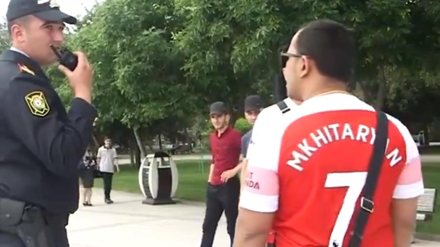 Policial aborda torcedor com a camisa de Mkhitaryan em Baku