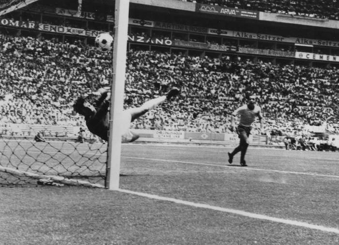 A impressionante defesa do inglês defendendo a cabeçada de Pelé. Foto: Divulgação