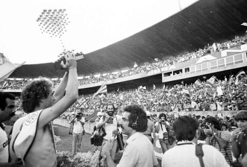 Falcão ergue a taça diante da torcida colorada no Beira-Rio em 1979. Foto: site oficial do Internacional