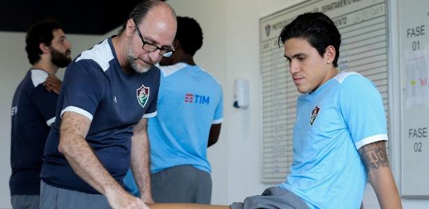 Pedro é avaliado pelo fisioterapeuta Nilton Petrone no CT do Fluminense