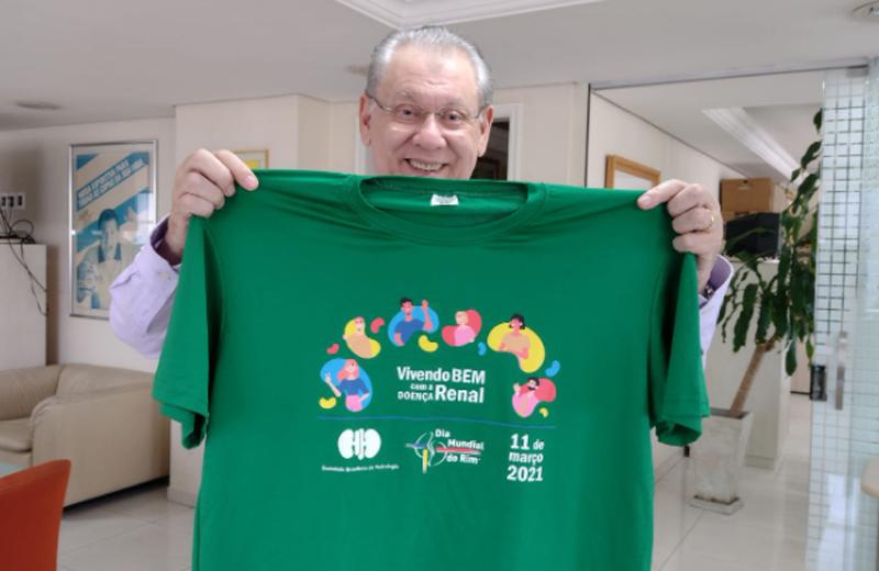 O jornalista com a camiseta da campanha. Foto: Kennedy Andrés/Portal TT