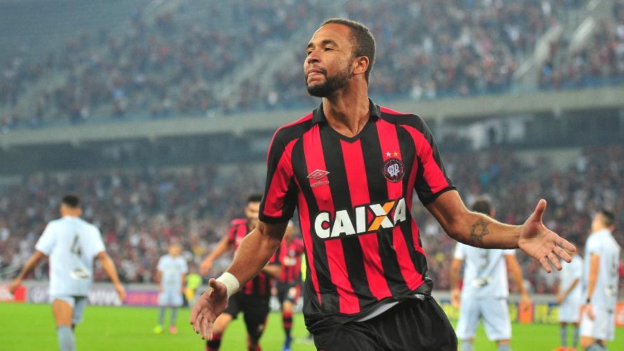 Hernani festeja gol do Atlético-PR contra o Botafogo. Foto: Jason Silva/AGIF