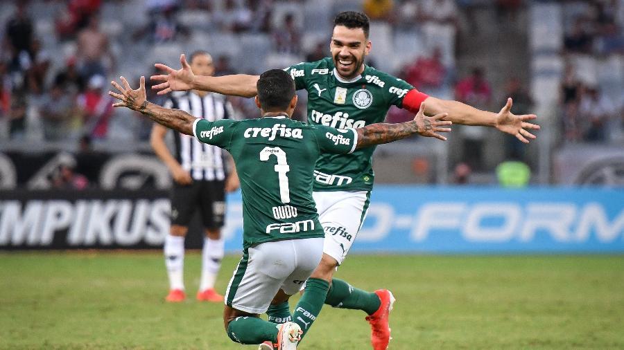 Bruno Henrique e Dudu comemoram gol do Palmeiras diante do Atlético-MG no Mineirão