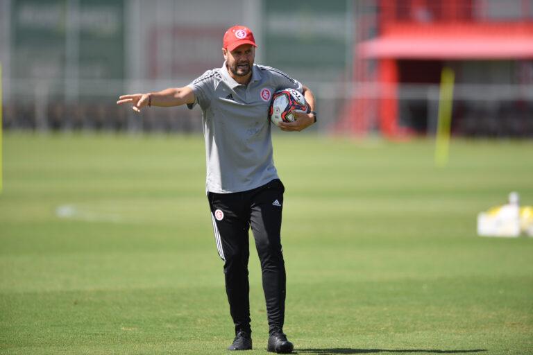 Treinador espanhol durante atividade no CT Parque Gigante. Foto: Ricardo Duarte/Inter