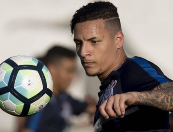 Guilherme Arana em ação em treino do Corinthians; lateral não deve seguir em 2018