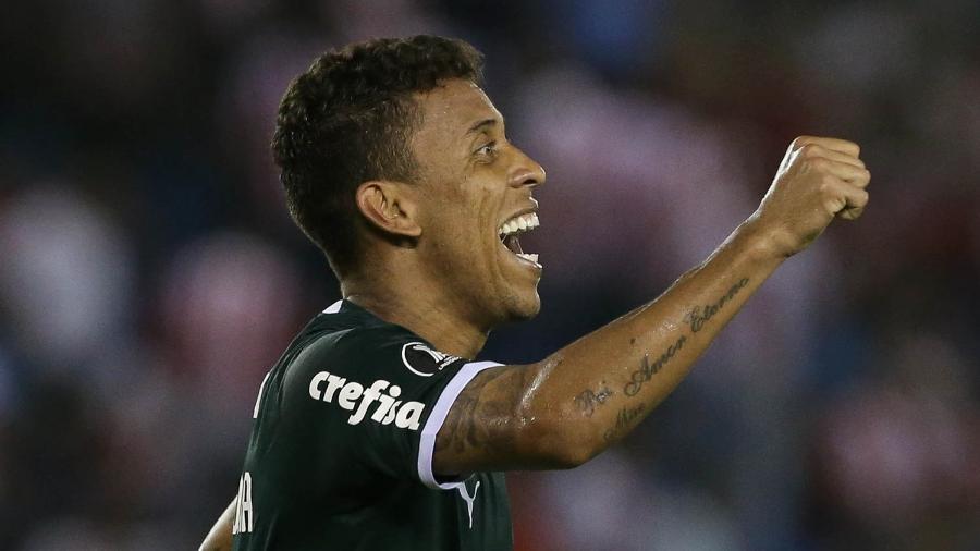 Laterais longos de Marcos Rocha são uma arma ofensiva do Palmeiras