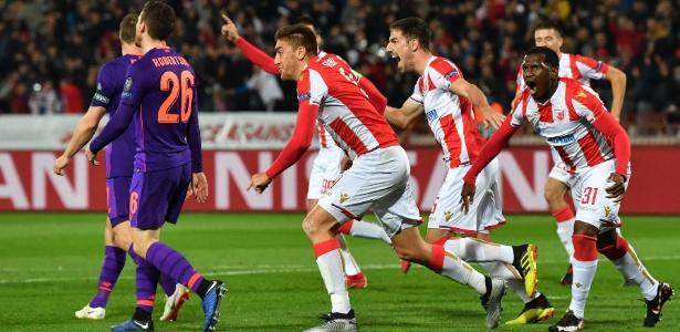 Jogadores do Estrela Vermelha comemoram gol sobre o Liverpool