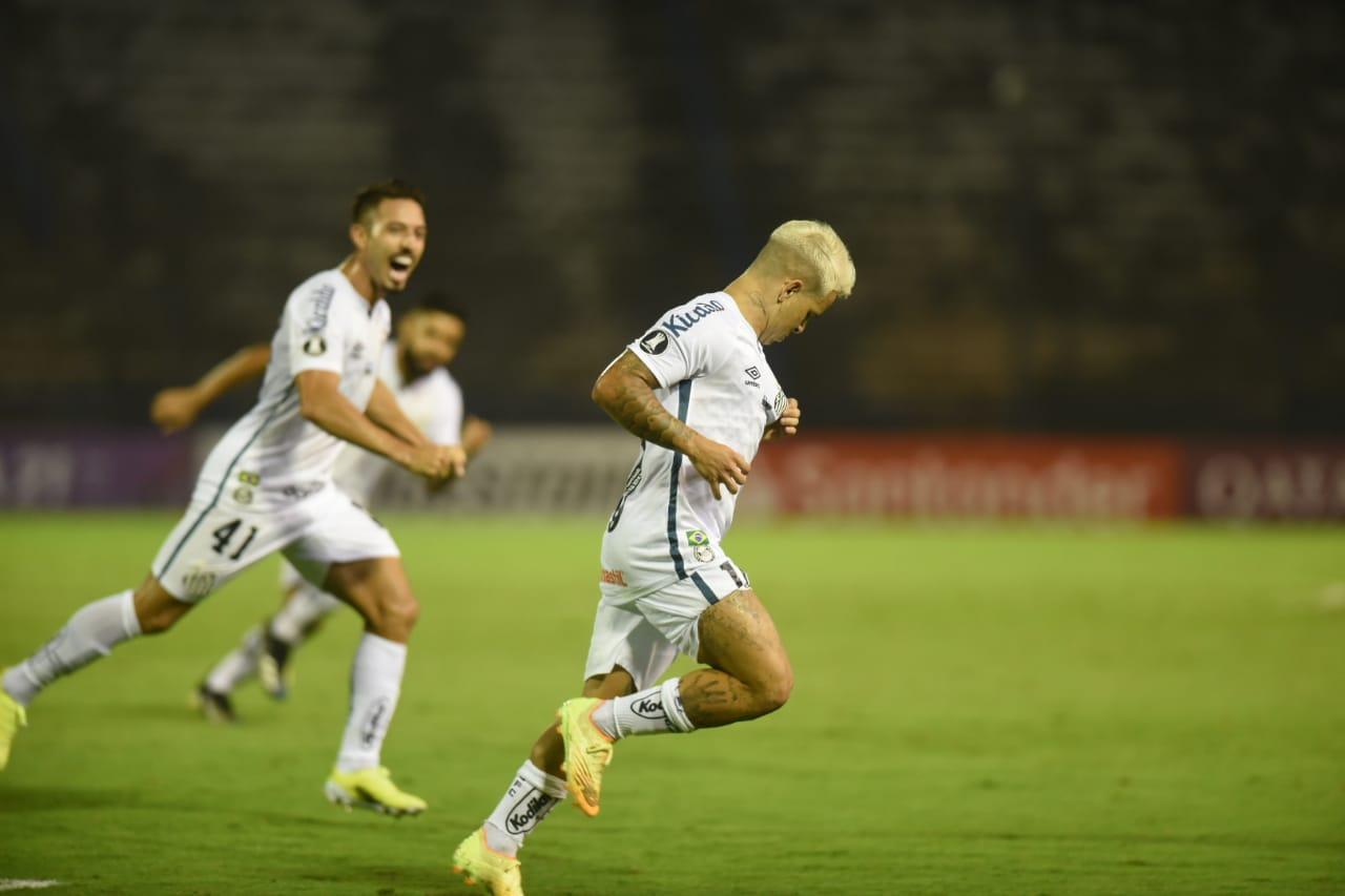 Soteldo marcou um golaço de falta e garantiu a classificação do Peixe. Foto: Ivan Storti/Santos FC