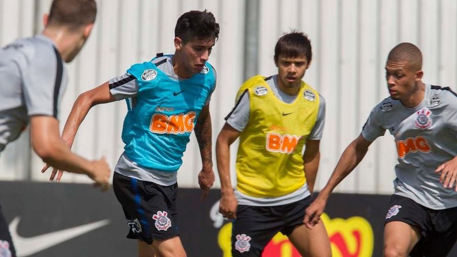 Araos e Romero (ambos com coletes) devem respirar novos ares. Foto: Daniel Augusto Jr./Ag. Corinthians