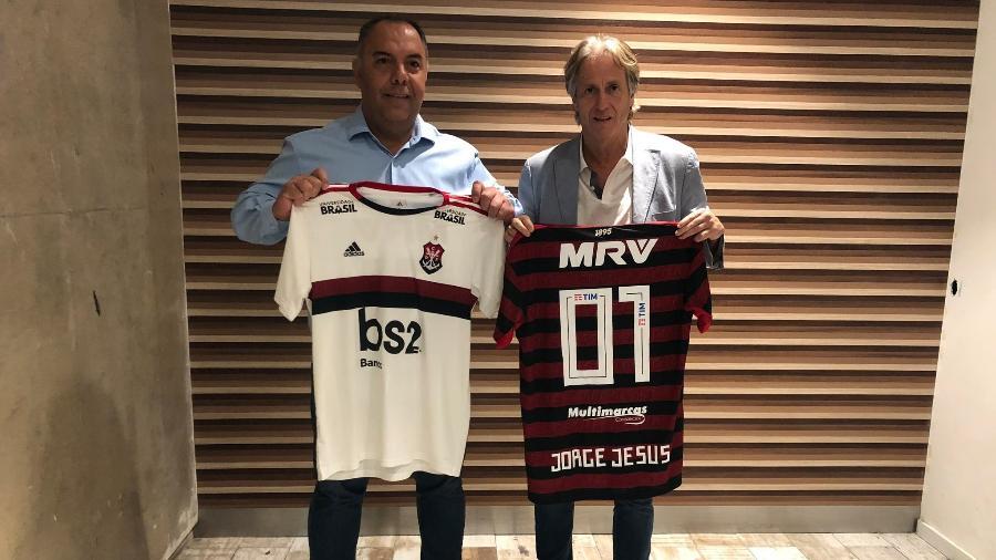 Jorge Jesus recebe a camisa 01 do Flamengo