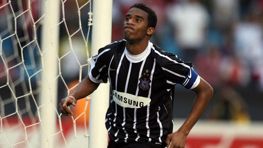 Betão comemora gol marcado pelo Corinthians contra o São Paulo no ano do rebaixamento