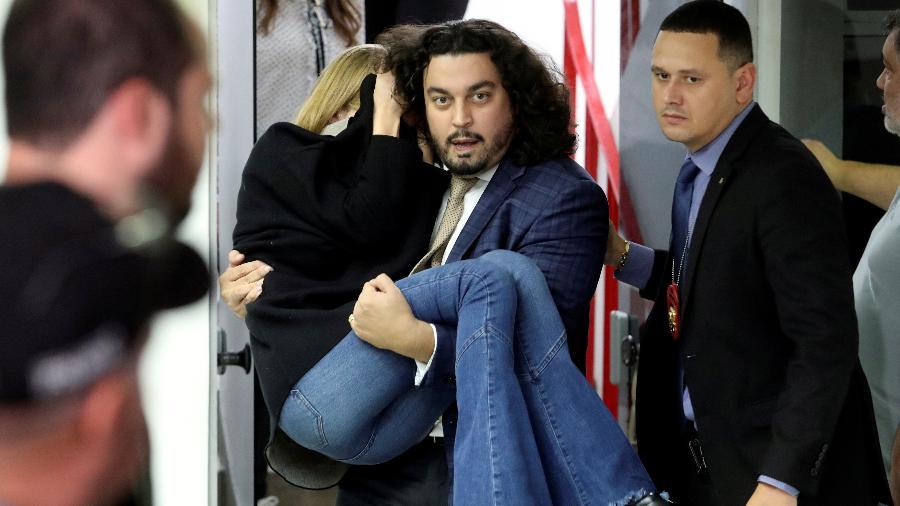 Cena de Najila Trindade sendo carregada pelo advogado virou parte de show da mídia