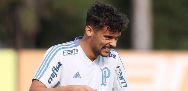 Gustavo Scarpa, meio-campista do Palmeiras, sorri em treino do clube. Foto: Cesar Greco/Ag. Palmeiras/Divulgação