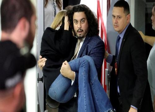 A modelo deixou a delegacia carregada pelo advogado, após o depoimento. (Foto: REUTERS)