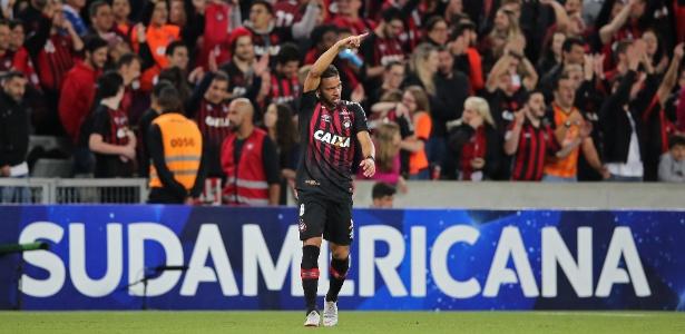 Renan Lodi fez o primeiro gol do Atlético Paranaense contra o Flu. Foto: Heuler Andrey/AFP/Via UOL