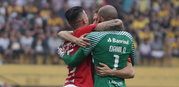 Jogadores do Inter comemoram gol de Eduardo Sasha contra o Criciúma