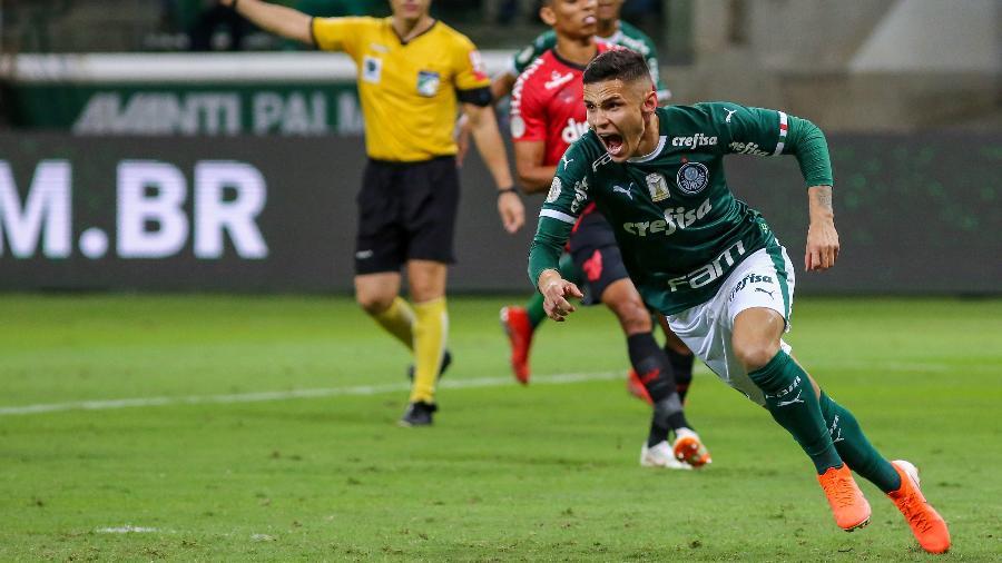 Raphael Veiga, decisivo na rodada passada, briga por um lugar no time do Palmeiras