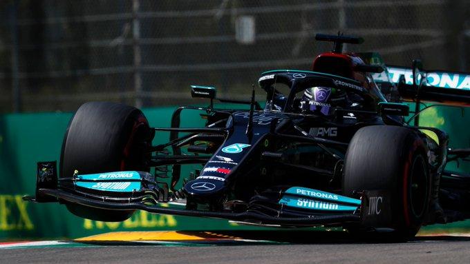 Britânico parte na frente pela 99ª vez na categoria. Foto: Mercedes-AMG Petronas F1