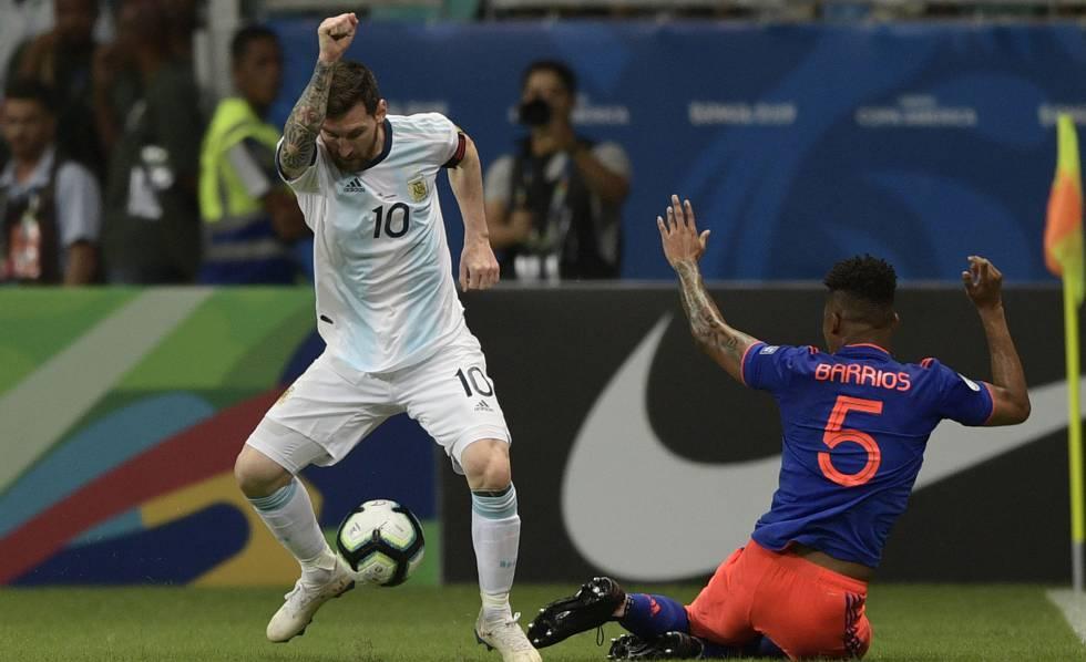 Messi disputa bola com Barrios. Foto: Juan Mabromata/AFP