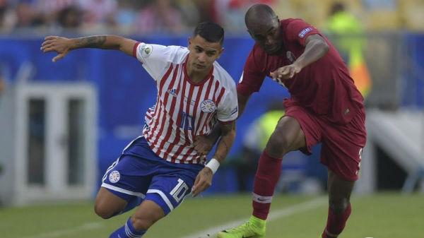 Derlis González durante partida entre Paraguai e Qatar. Foto: Pedro UGARTE/AFP/Via UOL