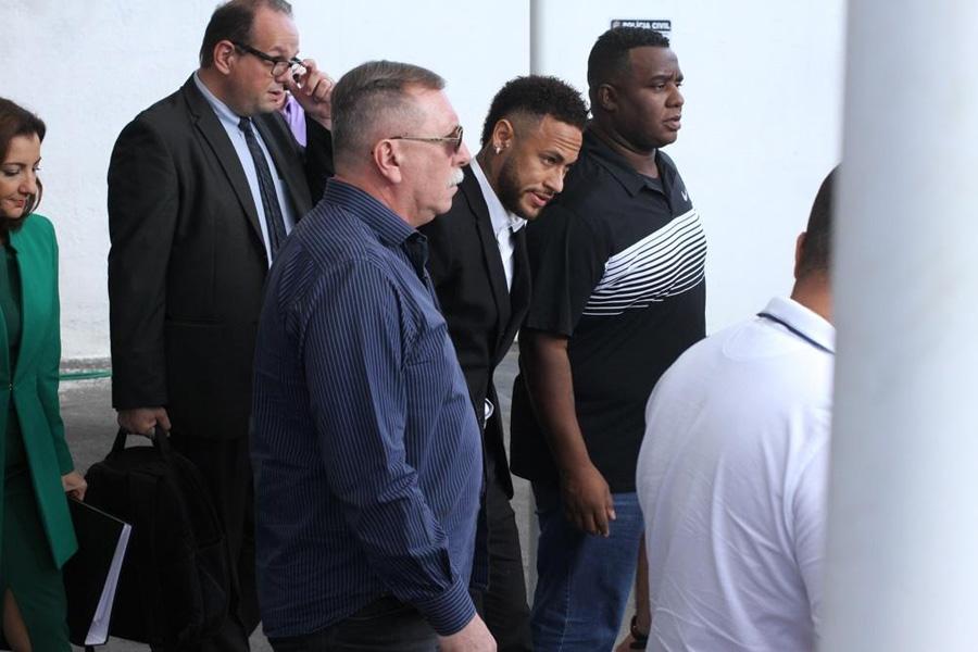 Neymar chegando para dar depoimento. Foto: UOL