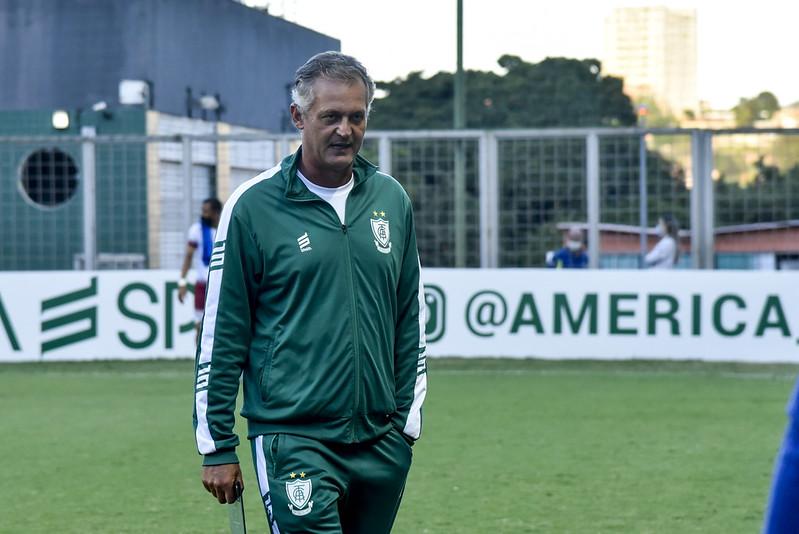 Treinador do Coelho disse ter recebido contato da direção santista. Foto: Mourão Panda / América
