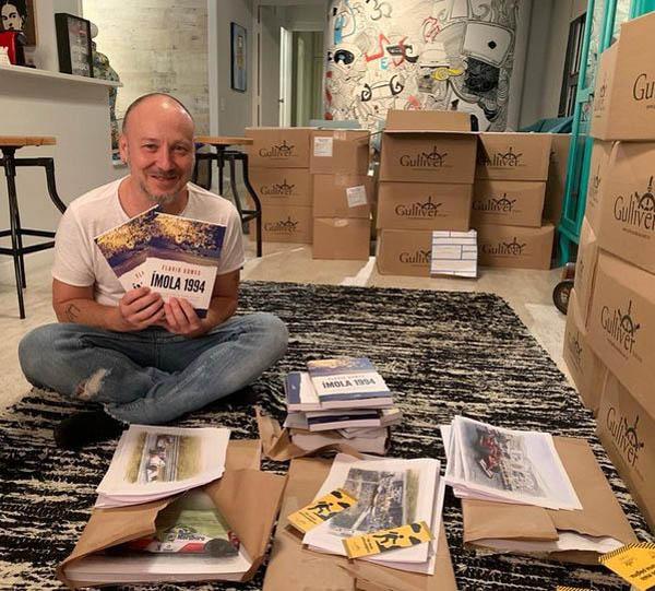 O escritor e jornalista com mais de 2.500 exemplares para autografar. Foto: Laêne Caetano