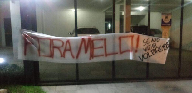 Faixa em condomínio onde mora o vice de futebol do Inter, Roberto Melo