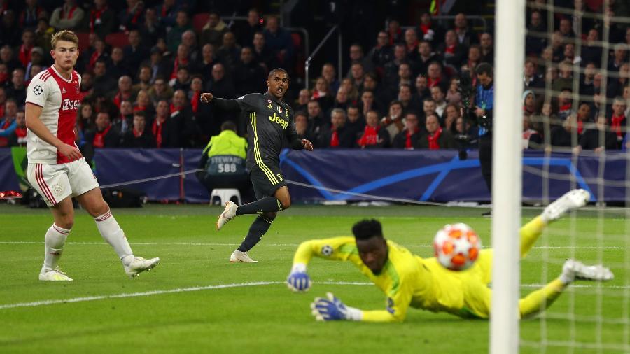 Douglas Costa finaliza na trave em jogo entre Ajax e Juventus
