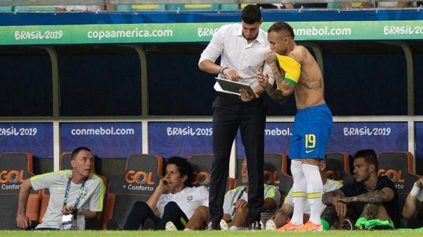 Matheus orienta Everton durante jogo entre Brasil e Venezuela pela Copa América. Foto: Lucas Figueiredo/CBF/Via UOL